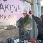 Tapio vaihtaa ikkunateippauksia kesällä 2012.